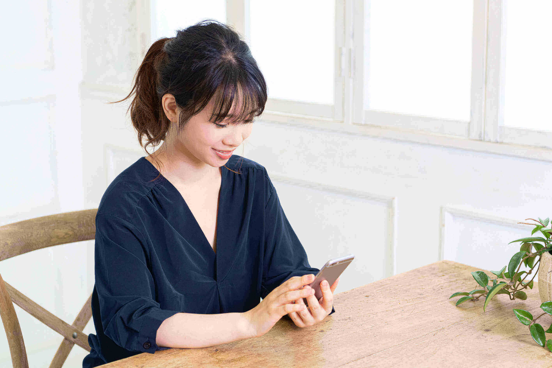 スマートフォンを使っている女性