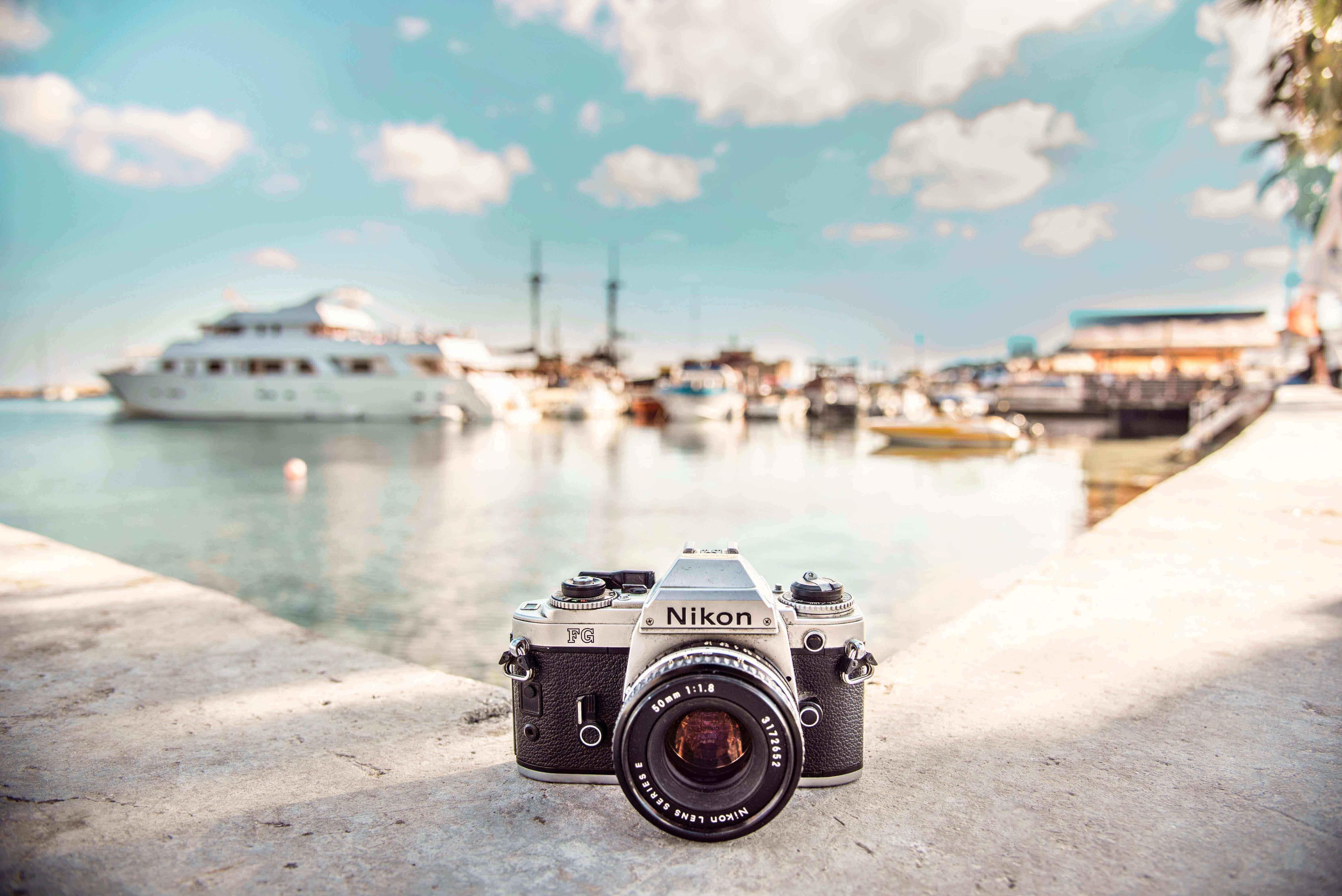 海辺に置かれたカメラ